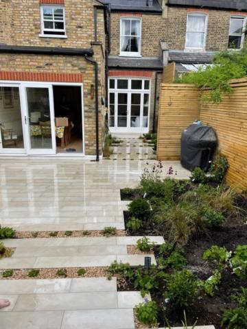 Rosa viviviansk garden - view of house