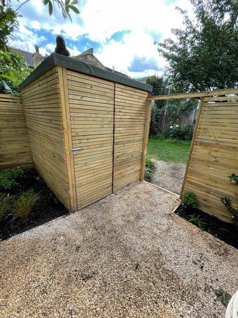 Rosa viviviansk garden shed